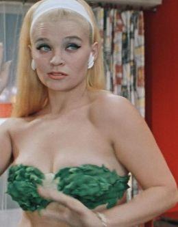 Светлана Светличная в нижнем белье в фильме «Бриллиантовая рука» (1969)