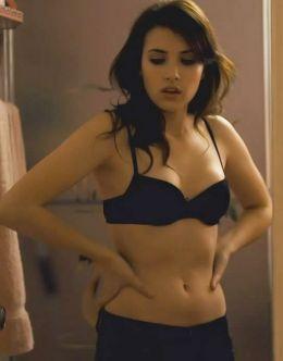 Эмма Робертс в бюстгальтере из фильма «12»