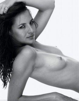 Голая Луиз Бургуан на горячих фото из журналов