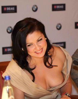 Эротичные фото Анны Нетребко +засвет груди