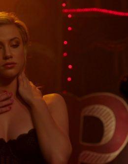 Лили Рейнхарт в нижнем белье в сериале «Ривердэйл» (2017)