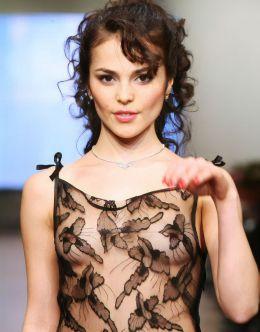 Соски Сати Казановой на модном показе
