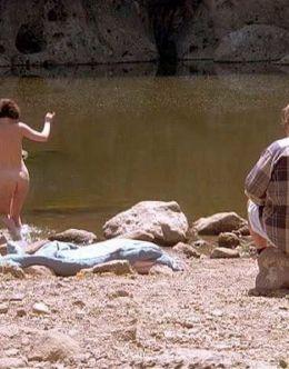 Голая попка Лары Флинн Бойл в киноленте «Трое» (1994)