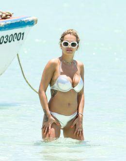 Папарацци подловили Риту Ора на пляже в бикини
