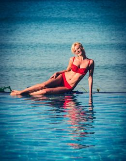 Фото Полины Максимовой в купальнике