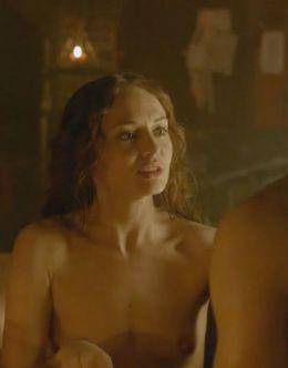 Откровенные сцены с голой Лорой Хэддок из сериала «Демоны Да Винчи» (грудь)
