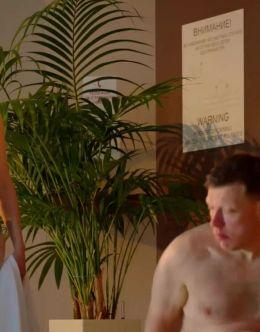Анна Бегунова в купальнике в сериале «Отель Элеон» (2016)