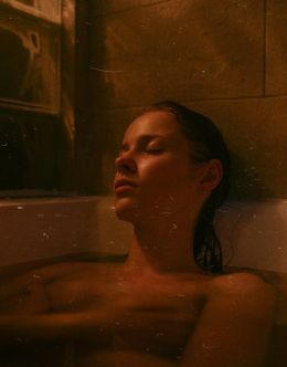 Голая Полина Давыдова в ванной