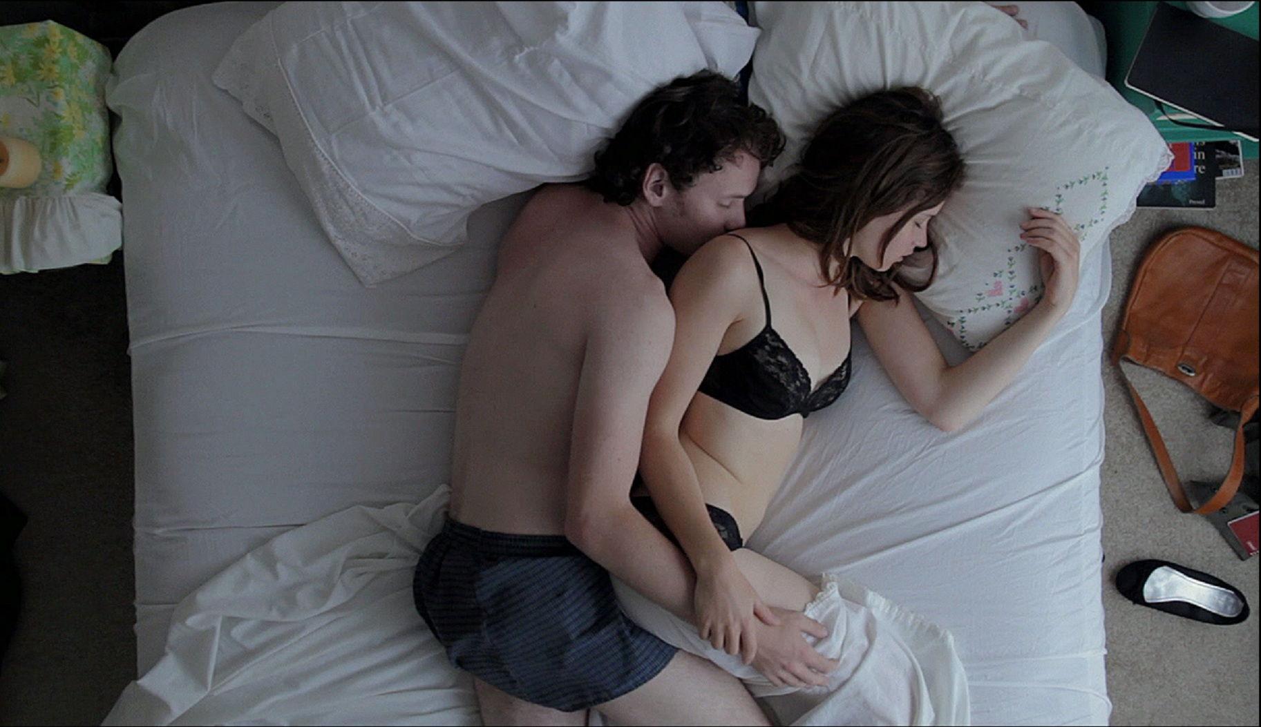 Он Лежал На Кровати И Смотрел Как Его Молодая Девушка Танцует Для Него Стриптиз, Потом Трахал Ее На Кровати Смотреть